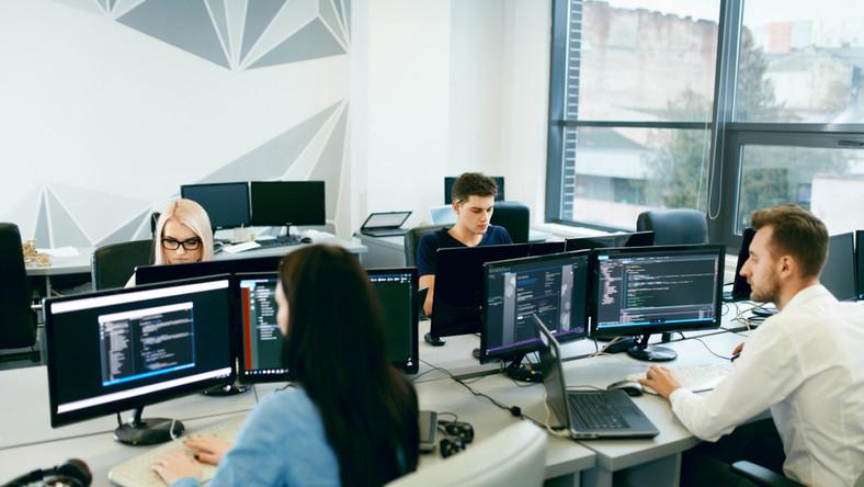 praca, zespół, komputer, informatyk, programista, młody pracownik, biuro