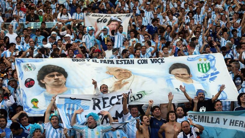 Transparent argentyńskich kibiców z podobiznami Messiego, Maradony i papieża Franciszka