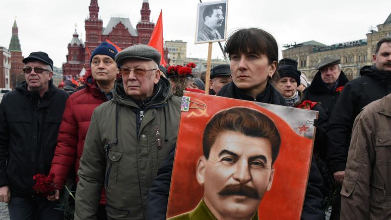 Rosyjscy komuniści kładą kwiaty na grobie Stalina w rocznicę jego śmierci