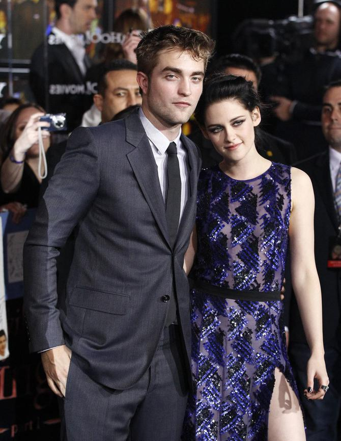 30520_191535-cast-members-robert-pattinson-and-kristen-stewart-pose-at-the-premiere
