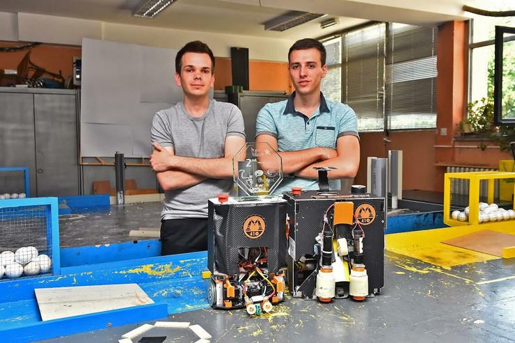 robotičari Aleksa Ćorović i Mihajlo Stojanović