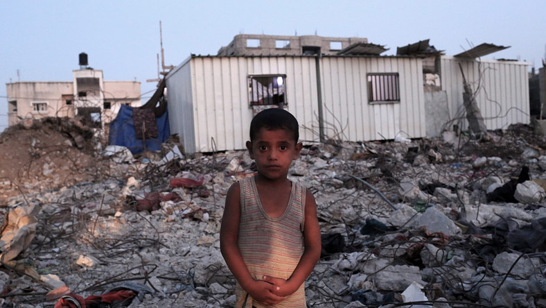 Mohammed Azam Al-Massri przed zniszczonym domem rodzinnym