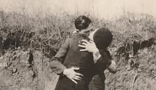 OBJAVLJENE NEVIĐENE FOTOGRAFIJE Ovo je POSLEDNJI poljubac Boni i Klajda (FOTO)