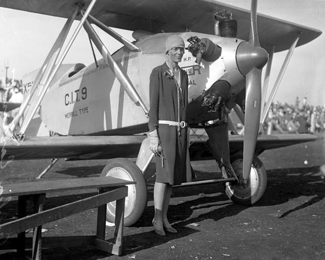 Amelija Erhart ispred aviona
