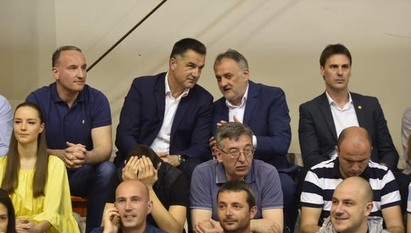 Nihat Biševac, gradonačelnik Novog Pazara, Zoran Gajić, predsednik OSS i Ivan Knežević, generalni sekretar OSS, na četvrtom meču finalne serije