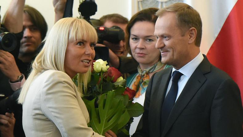 Brawami, gratulacjami i kwiatami przywitali ministrowie Donalda Tuska. Premier otrzymał okazały bukiet od minister Elżbiety Bieńkowskiej