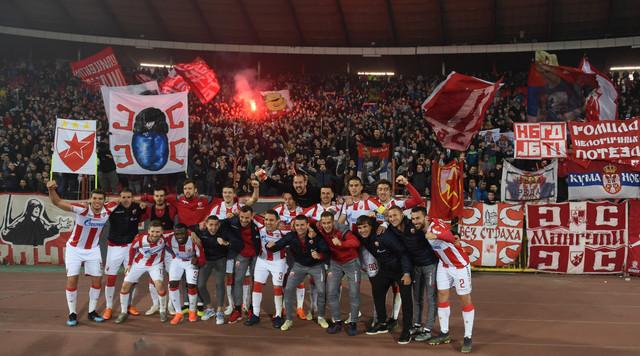 Fudbaleri Crvene zvezde slave ispod severne tribine
