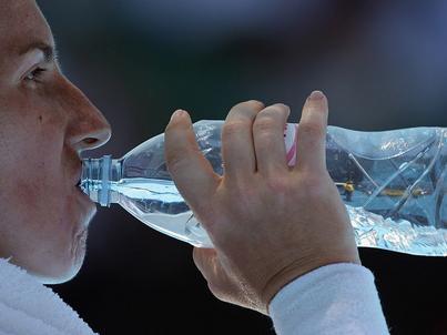 Picie szklanki-dwóch wody rano pomaga organizmowi