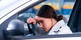 Zasnęła w samochodzie na środku drogi