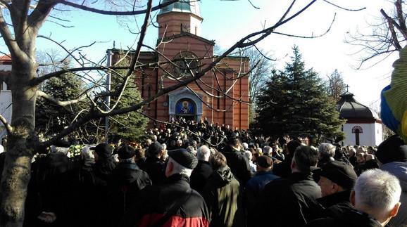 Veliki broj ljudi došlo je na sahranu Olivera Ivanovića: Plato ispred Crkve Svetog Nikole na Novom groblju