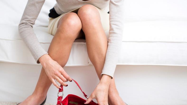 Gadżety erotyczne w torebce kobiety