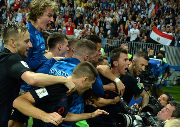 Trenutak kada Hrvati slave gol, ne pazeći na fotoreportera