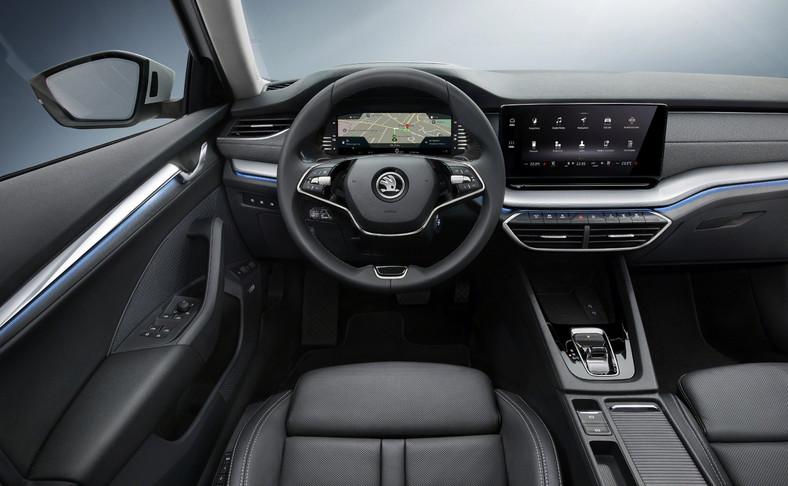 Nowa Skoda Octavia jakością materiałów dorównuje Volkswagenowi, a w niektórych partiach wypada nawet korzystniej. Tam gdzie Niemcy poskąpili, Czesi stosują miękkie wykładziny – wystarczy włożyć rękę do kieszeni na drzwiach lub zajrzeć do schowka na karty po lewej stronie prowadzącego. Twórcy wnętrza są szczególnie dumni znowej dwuramiennej kierownicy, która okazuje się niebywale poręczna. W wariancie z pokrętłami i przyciskami można przy jej pomocy uruchomić 14 funkcji. A dzięki wbudowanymczujnikom pojemnościowymnie mamy ciągle fałszywych komunikatów, wzywających do przejęcia kontroli nad autem