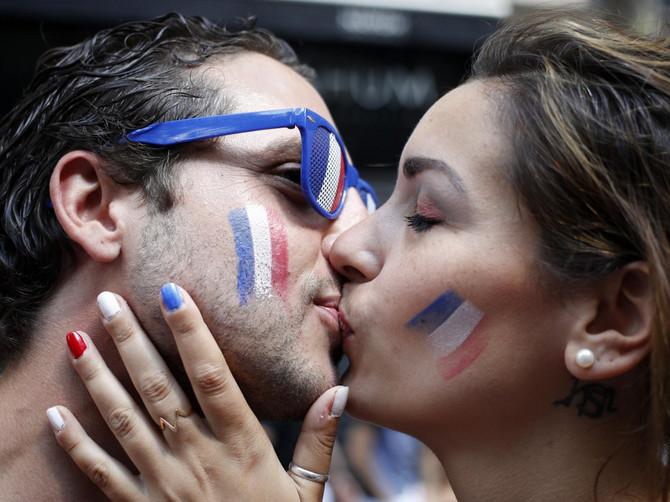 Džuli i Ilanu LJUBAV je IPAK bila najvažnija: Slika francuskih navijača obilazi svet SA PUNIM RAZLOGOM