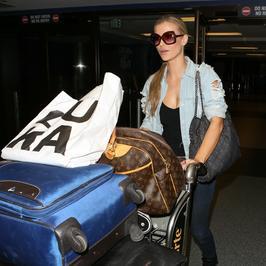 Joanna Krupa w codziennej stylizacji na lotnisku w Los Angeles. Uwagę przykuwa jednak zupełnie co innego