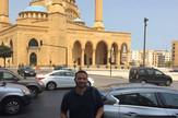lari radic ispred jedne od brojnih dzamija u bejrutu