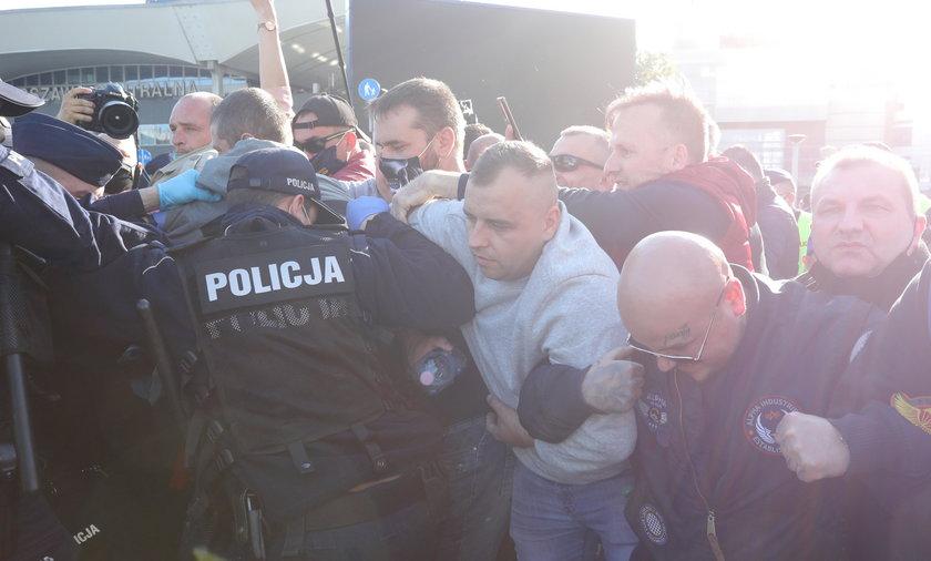 Policja tłumi protesty w Warszawie,  8 maja 2020