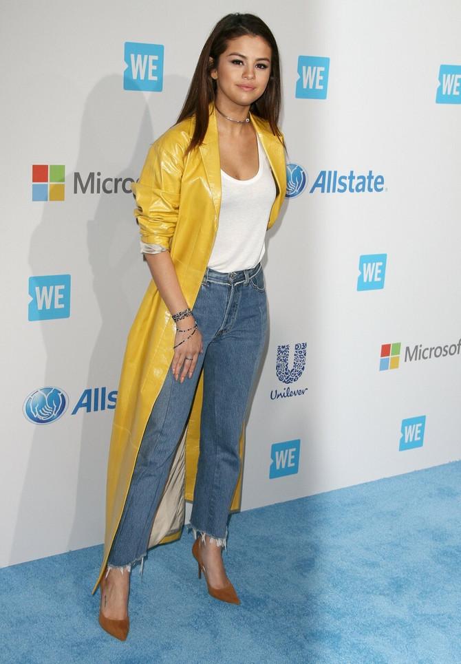 Selena u dugom kožnom mantilu koji možete da nosite bukvalno uz sve