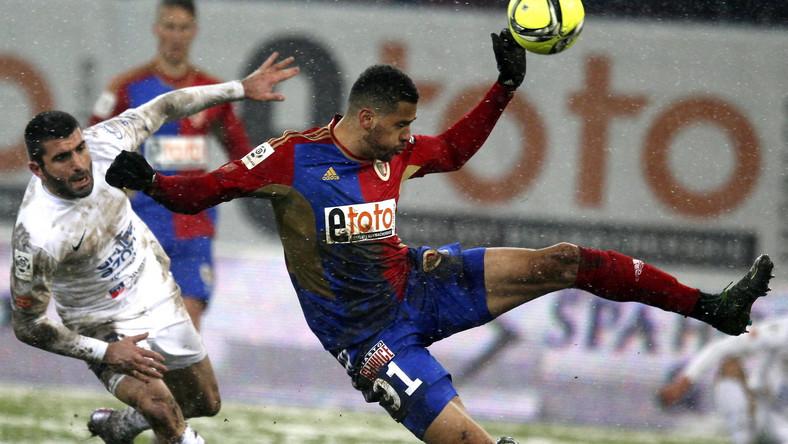Zawodnik Piasta Gliwice Hebert Silva Santos (P) walczy o piłkę z Wladimerem Dwaliszwilim (L) z Pogonii Szczecin podczas meczu polskiej Ekstraklasy