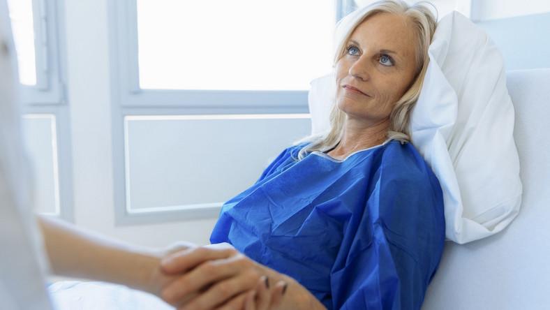 Kobieta leży w łóżku z szpitalu