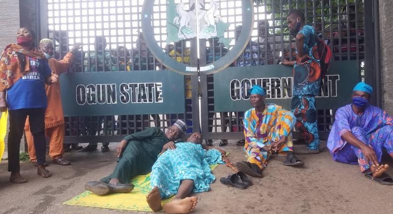 Ogun pensioners shut down secretariat to protest non-payment of N68 billion gratuity (Daily Trust)