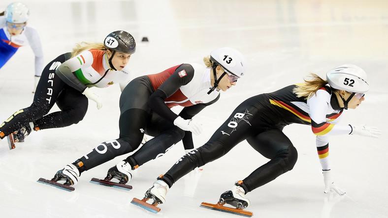 Niemka Anna Seidel, Polka Natalia Maliszewska i Węgierka Zsofia Konya, w wyścigu na 1000 m podczas mistrzostw Europy w short tracku
