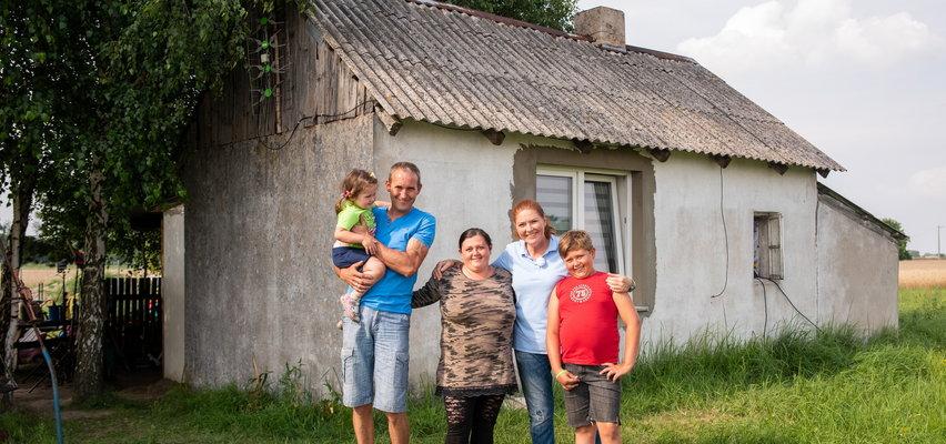 """""""Nasz nowy dom"""". Ekipa Katarzyny Dowbor wyremontowała dom chorej pani Patrycji i jej rodziny. Spełniło się wielkie marzenie 12-letniego Mikołaja [ZDJĘCIA]"""