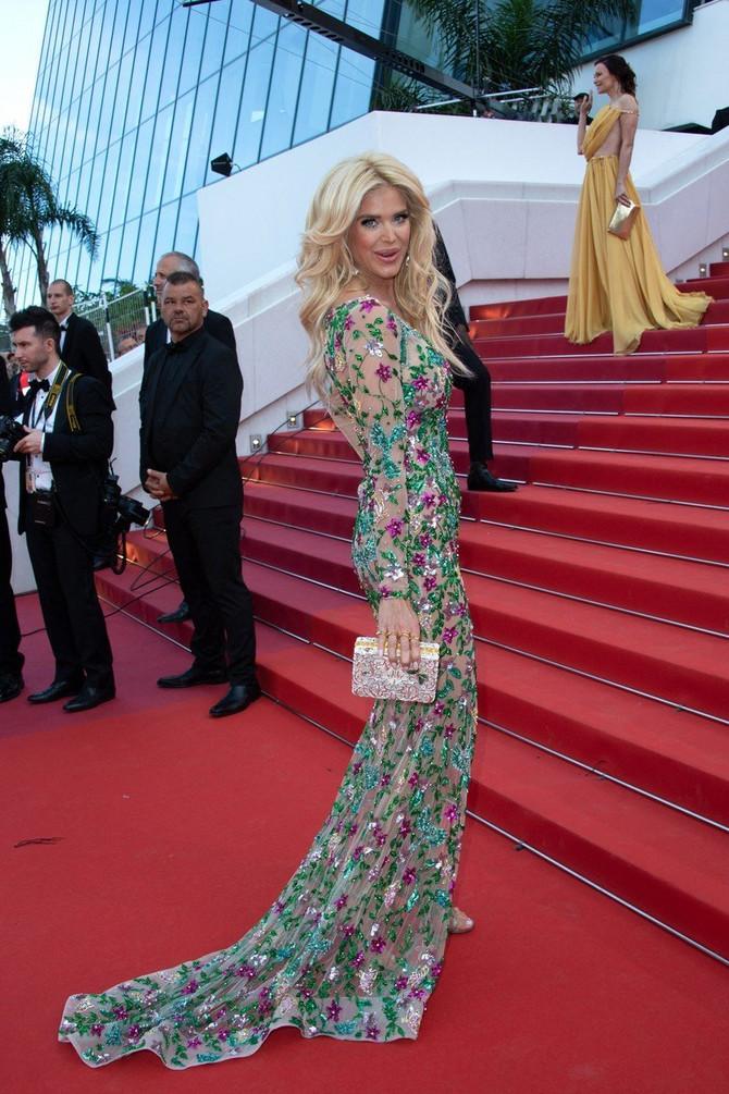 Ova haljina joj zaista pristaje savršeno