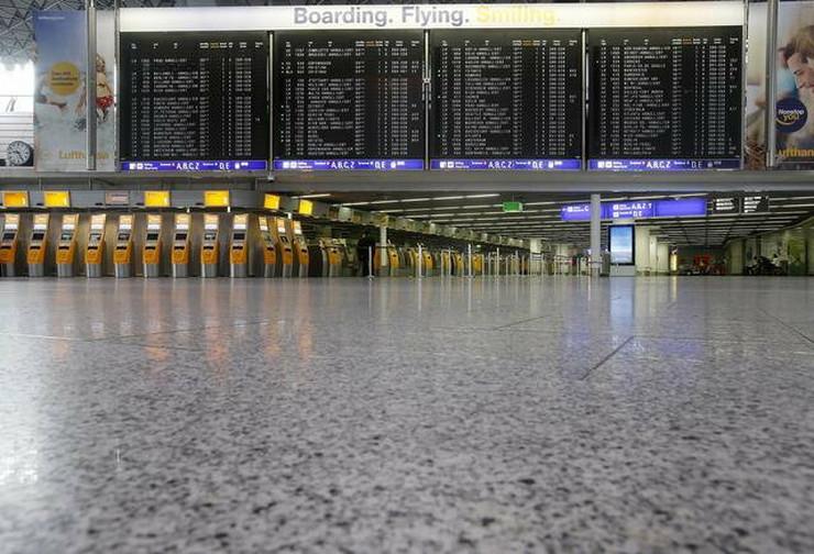 Prazan hol aerodorma u Frankfurtu