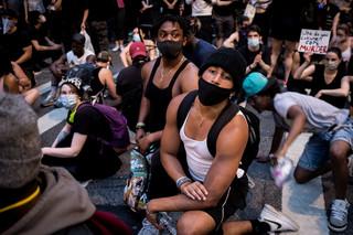 Celebryci układają piosenki, ludzie wychodzą na ulice. Jak Europa kwestionuje pandemię