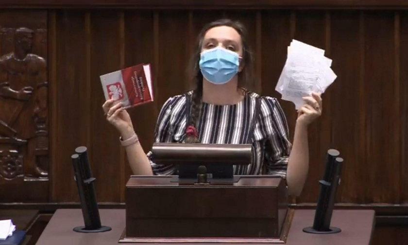 Posłanka Jachira wściekła się i podarła konstytucję!