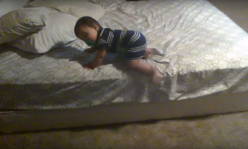 Chłopiec schodzi z łóżka