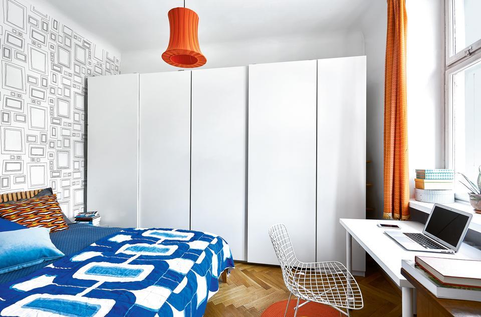 STONOWANĄ SYPIALNIĘ urozmaicają kolorowe akcenty: lampa z IKEA, narzuta z Nap, zasłony uszyte z tkaniny kupionej przed laty w Cepelii.