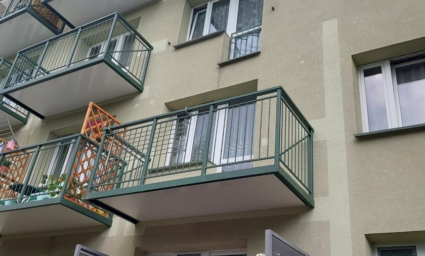 W Tarnowie zaczęto montować balkony w starym bloku z PRL. Zainteresowanie pomysłem jest olbrzymie.