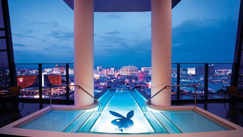 """Hugh Hefner Sky Villa - taką oficjalną nazwę ma luksusowy apartament legendarnego twórcy """"Playboya"""". Liczy 837 metrów kwadratowych i położony jest na 34. piętrze"""