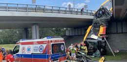 Autobus spadł z mostu. Kierowca był spóźniony i jechał szybko?