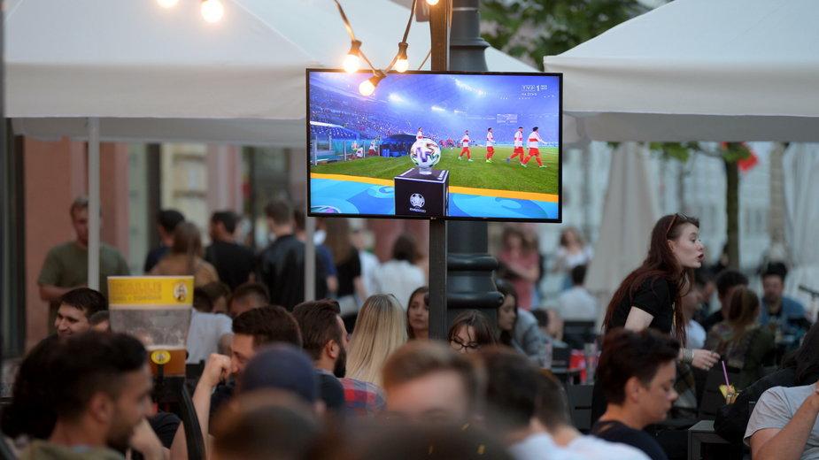 Piłkarskie emocje w całej Polsce. Część miast organizuje Strefy Kibica
