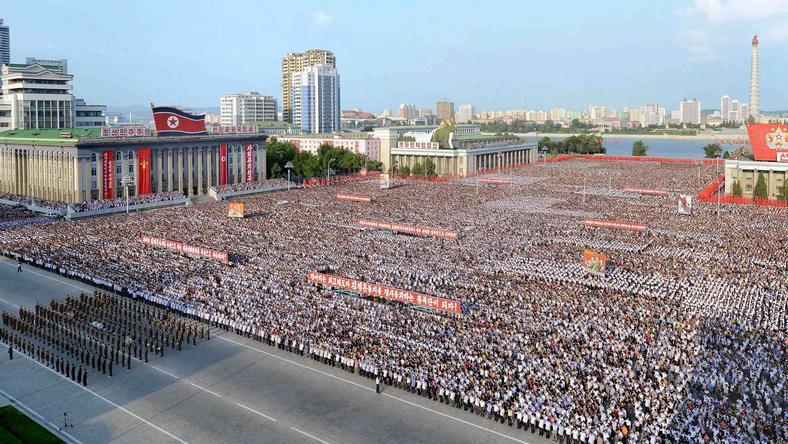 Obywatele Korei Północnej na placu Kim Il-Sunga w Pyongyangu