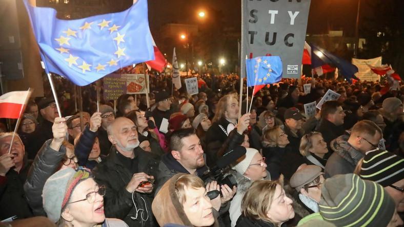 """W Lublinie przed siedzibą sądu okręgowego zebrało się około tysiąca osób. Miały transparenty z hasłami: """"Wolne sądy"""", """"Niezawisłość prawem każdego obywatela"""", """"Konstytucja"""", """"Non possumus"""", """"Praworządna Polska w Unii Europejskiej"""". Niektórzy mieli na ubraniach nalepki z napisem """"Dziś sędziowie – jutro ty"""". Były też flagi narodowe i UE. """"Jesteśmy z wami"""" – skandowali manifestanci do sędziów. Nasze zgromadzenie to wielki apel do rządzących, aby się opamiętali, aby wycofali się z tej rażąco niekonstytucyjnej koncepcji podporządkowania sędziów władzy politycznej – powiedział lider KOD-u w Lublinie Krzysztof Kamiński. Ponad tysiąc osób zebrało się także przed szczecińskim Sądem Rejonowym Prawobrzeże i Zachód. Także i tu były flagi Polski i UE, a także transparenty z napisami: """"Smutne, ale prawdziwe"""", """"Bronimy sędziów"""", """"Wolne sądy"""", """"Rządy PiS = PRL bis"""". Opozycjonista i b. minister spraw wewnętrznych Andrzej Milczanowski mówił, że społeczeństwo musi """"obronić sędziów i prokuratorów"""". My musimy tej władzy pokazać pięść, pięść, że w razie czego nie zawahamy się pokazać, gdzie jej miejsce - powiedział. W Białymstoku protestujący zgromadzili się przed sądem okręgowym w centrum miasta. Było to kilkaset osób. Jak w innych miastach miały biało-czerwone i unijne flagi. Trzymały transparenty: """"Wolne sądy"""", """"Konstytucja"""", """"Wolne prokuratury"""". Niektóre trzymały Konstytucję RP. Uczestnicy protestu zapalili też światełka na znak solidarności z sędziami. Jak mówiła przewodnicząca podlaskiego KOD-u Dorota Zerbst, to okazja, by wyrazić solidarność z sędziami, którzy """"stali się obiektem represji ze strony władzy"""". Projekt PiS nowelizujący m.in. ustawę o sądach powszechnych i Sądzie Najwyższym nazwała """"ustawą kagańcową"""". Ma na celu zamknięcie ust sędziom i ograniczenie ich wolności. Ten projekt ogranicza nasze obywatelskie prawo do wolnych, niezależnych sądów i niezawisłych sędziów. Dlatego to jest dzień, kiedy musimy protestować - mówiła Zerbst. Protest pod hasłem """"Dziś sędziowie - jutro"""