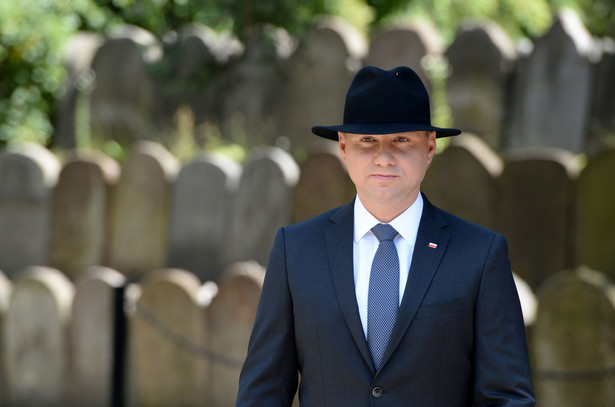 Prezydent Andrzej Duda przy grobie ofiar na cmentarzu żydowskim w dzielnicy Pakosz w Kielcach