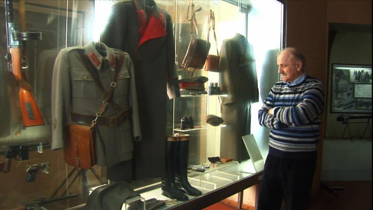 93394_kumila-bata-zivojinovic-gleda-titovu-uniformu-u-muzeju-25.-maj