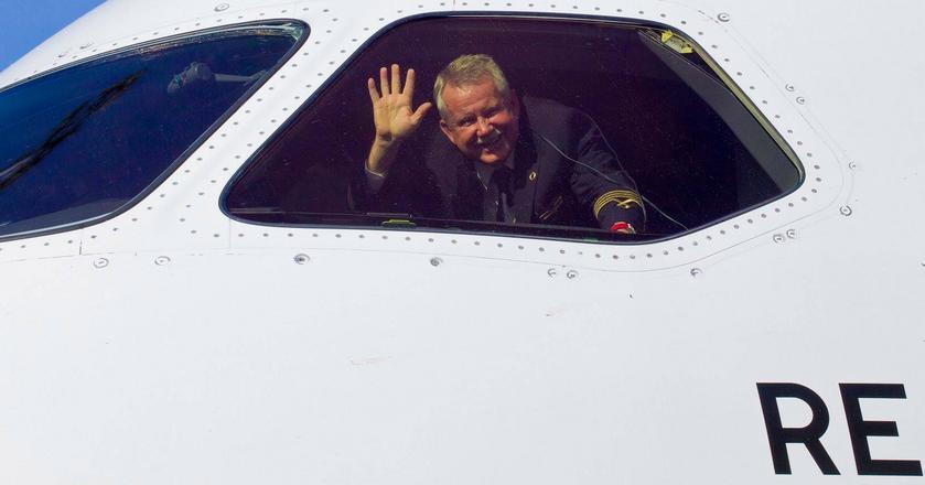 Kpt. Jerzy Makula po 38 latach w PLL LOT odchodzi na emeryturę. Jest jednym z najbardziej utytułowanych pilotów w Polsce, pasjonuje się też akrobacją szybowcową