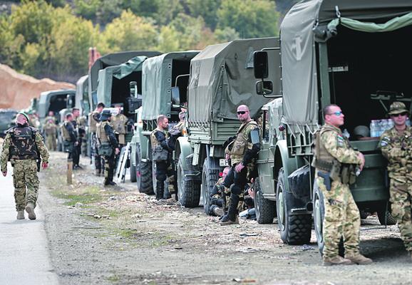 Konvoj kamiona Kfora i vojnici u pripravnosti