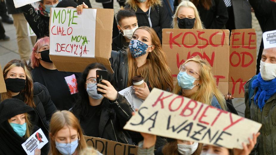 Protest przeciwko zaostrzeniu prawa aborcyjnego przed kościołem Świętego Krzyża w Warszawie, 25.10.2020