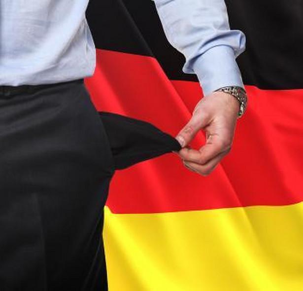 Zasiłek dla bezrobotnych w Niemczech W Niemczech mamy do czynienia z dwoma rodzajami zasiłku dla bezrobotnych. Podstawową forma jest Arbeitslosengeld I. Na ten zasiłek mogą liczyć osoby, które przepracowały wcześniej w tym kraju co najmniej 360 dni na stanowisku, na którym odprowadzane były składki na ubezpieczenie społeczne. Wysokość zasiłku zależy od wysokości ostatniego wynagrodzenia, wieku bezrobotnego i liczby dzieci znajdujących się na jego utrzymaniu. Są dwie stawki tego zasiłku: - osoby samotne i osoby bezdzietne otrzymują 60 proc. ostatniego dochodu netto, - osoby posiadające dzieci poniżej 18 roku życia otrzymują 67 proc. ostatniego dochodu netto. Z kolei od 1 stycznia 2005 roku w Niemczech wprowadzono nowy rodzaj świadczenia Arbeitslosengeld II, zwany potocznie Harz IV. Jego celem jest pomoc osobom, które nie mogą zaspokoić podstawowych potrzeb (np. zakwaterowanie, wyżywienie) swoich oraz swojej rodziny. Świadczenie to jest pomocą dla osób, które poszukują pracy. W 2014 roku maksymalna wysokość tego zasiłku wynosi: - 391 euro (około 1 634 zł) dla osób samotnych, - 353 euro (około 1 475 zł) dla mieszkających z partnerem, - 296 euro (około 1 237 zł) dla młodych ludzi między 14 a 18 rokiem życia, - 261 euro (około 1 100 zł) dla dzieci w wieku 6-14 lat oraz 229 euro (niecały 1000 zł) dla dzieci w wieku 0-6 lat.