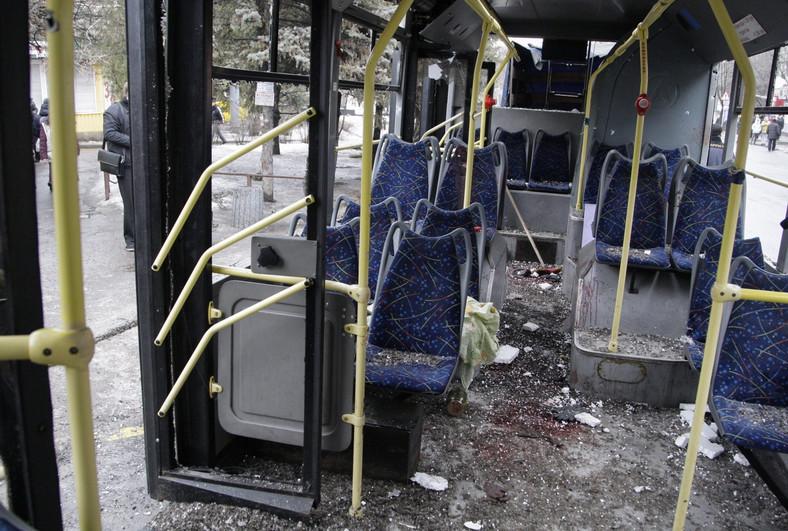 Donieck. Trolejbus ostrzelany pociskami artyleryjskimi na przystanku