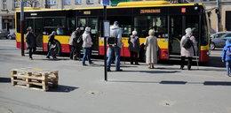 W Łodzi z przystanku MPK zniknęła wiata. Pasażerowie wyręczyli urzędników