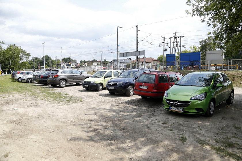 Będą nowe parkingi przy torach