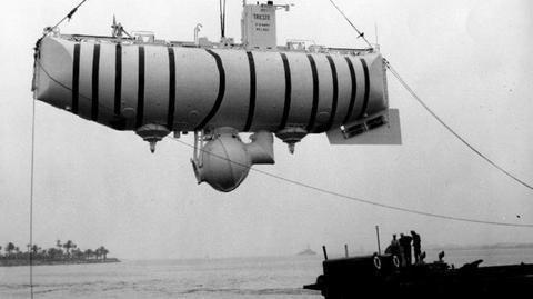 Transport batyskafu Trieste. Baza ekspedycji mieściła się na wyspie Guam. Oczekiwanie na właściwe warunki pogodowe do zanurzenia trwały 4 dni