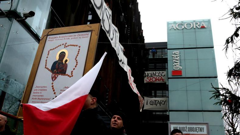 """Przed siedzibą redakcji """"Gazety Wyborczej"""" zgromadziło się około stu osób."""